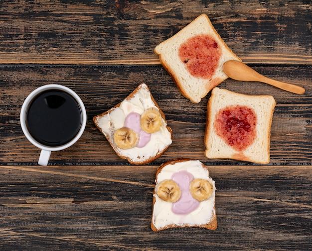 Draufsicht auf toast mit kaffee dunkler holzoberfläche horizontal