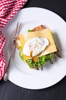 Draufsicht auf toast mit spargel und käse