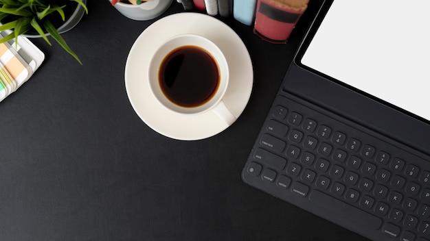 Draufsicht auf trendigen arbeitsbereich mit digitalem tablet, kaffeetasse, büchern und kopierraum