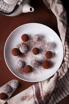 Draufsicht auf trüffel und schokolade mit kokos
