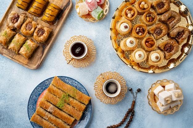 Draufsicht auf türkische süßigkeiten und türkischen kaffee auf hellblauem hintergrund