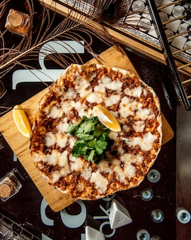 Draufsicht auf türkischen pizzakäse lahmajun serviert mit petersilie und zitrone