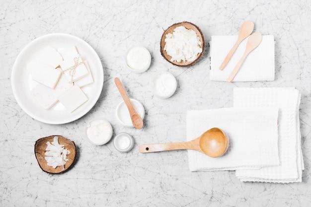 Draufsicht auf umweltfreundliche produkte auf marmorhintergrund