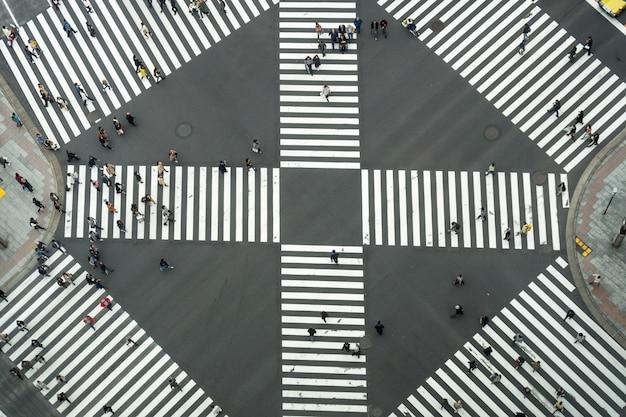Draufsicht auf undefinierte japanische menschenmenge gehen, um die straße zu überqueren