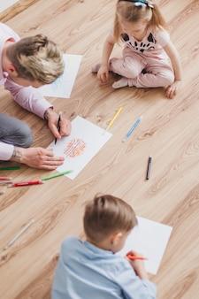 Draufsicht auf vater zeichnung mit seinen kindern