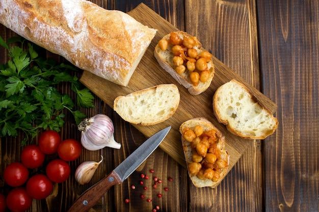 Draufsicht auf vegetarische sandwiches mit kichererbsen in tomatensauce
