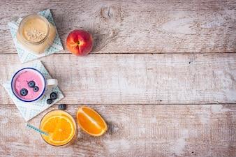 Draufsicht auf verschiedene Getränke zum Frühstück