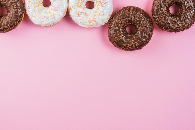 Draufsicht auf verschiedene glasierte donuts