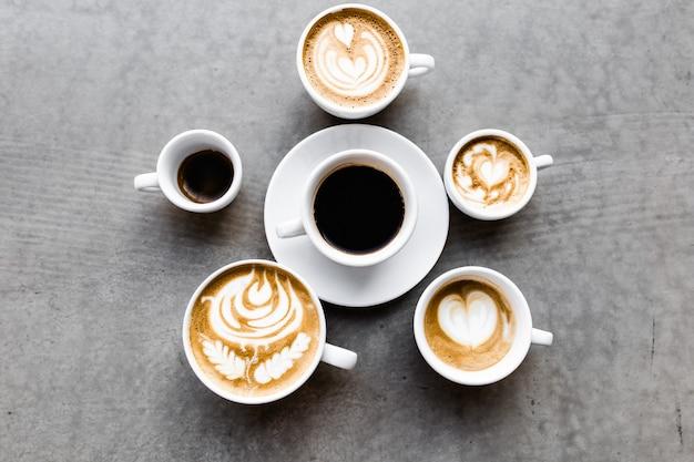 Draufsicht auf verschiedene kaffeetassen