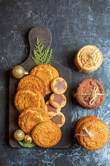 Draufsicht auf verschiedene leckere kekse auf hell-dunkelem tisch