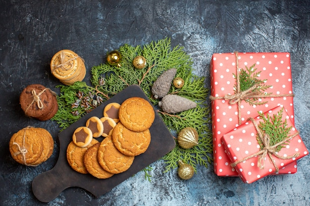 Draufsicht auf verschiedene leckere kekse mit geschenken auf leuchttisch