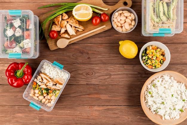 Draufsicht auf verschiedene speisen und aufläufe