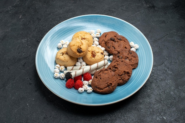 Draufsicht auf verschiedene süße und leckere kekse auf grauem schreibtisch