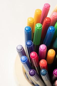Draufsicht auf verschiedenfarbige markierungen. nahaufnahme marker in vielen farben.