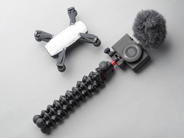 Draufsicht auf videographen oder blogger. drohne und digitalkamera auf grau. Premium Fotos
