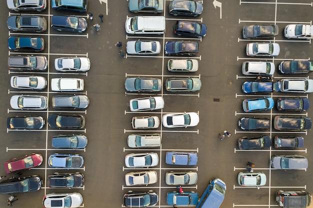 Draufsicht auf viele auf einem parkplatz geparkte autos.
