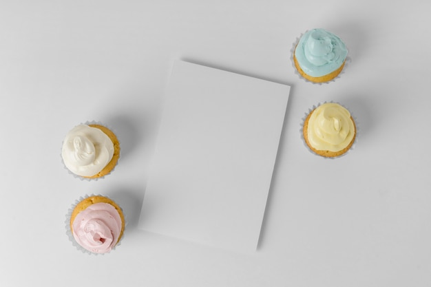 Draufsicht auf vier cupcakes mit verpackungs- und kopierraum