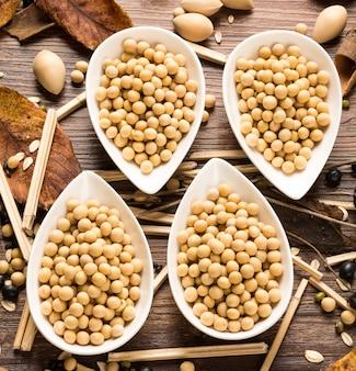 Draufsicht auf vier schalen von getrockneten sojabohnen