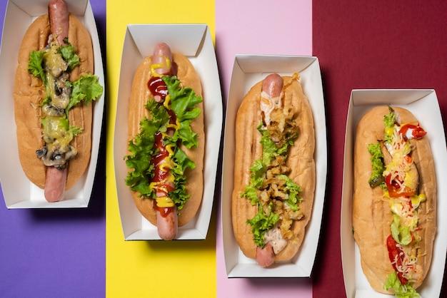 Draufsicht auf vier verschiedene füllende hot dogs