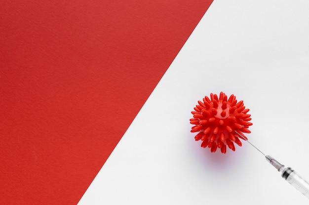 Draufsicht auf virus mit spritze und kopierraum
