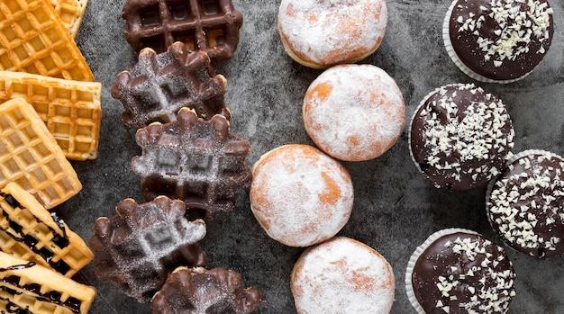 Draufsicht auf waffeln mit donuts