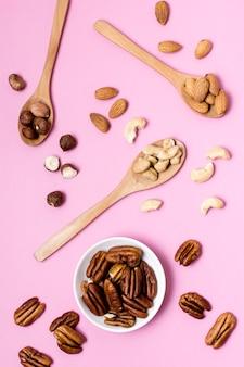 Draufsicht auf walnüsse mit mandeln und cashewnüssen