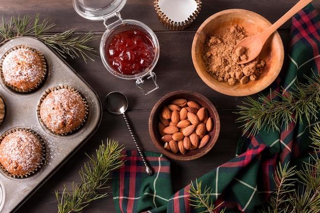 Draufsicht auf weihnachtscupcakes mit marmelade und mandeln