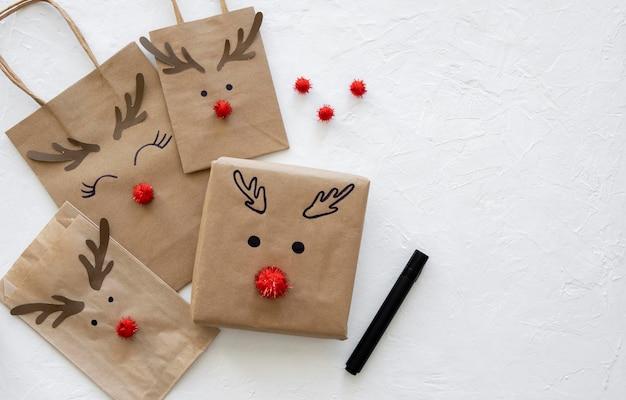 Draufsicht auf weihnachtsgeschenk und papiertüten