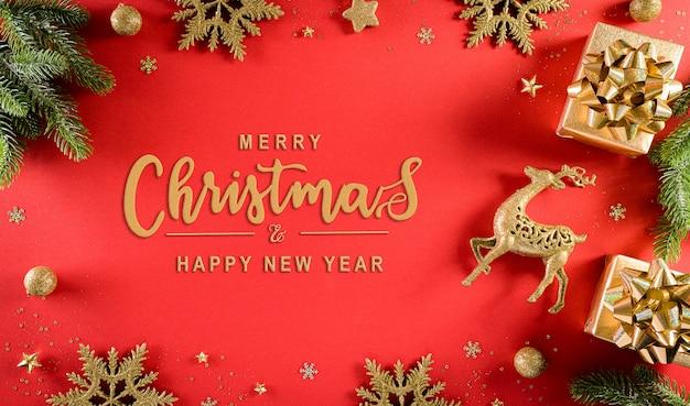 Draufsicht auf weihnachtsgeschenkbox, fichtenzweige, tannenzapfen, rentier, weihnachtsball und schneeflocke