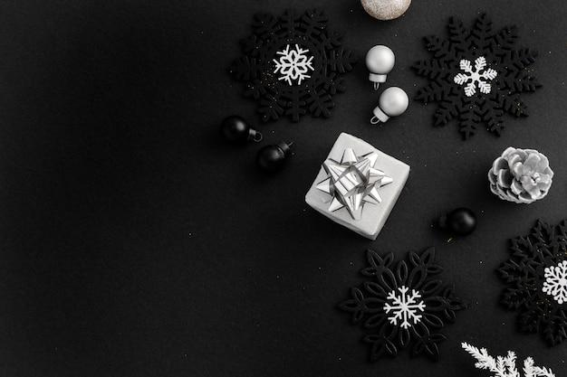 Draufsicht auf weihnachtsschmuck mit geschenk- und kopienraum