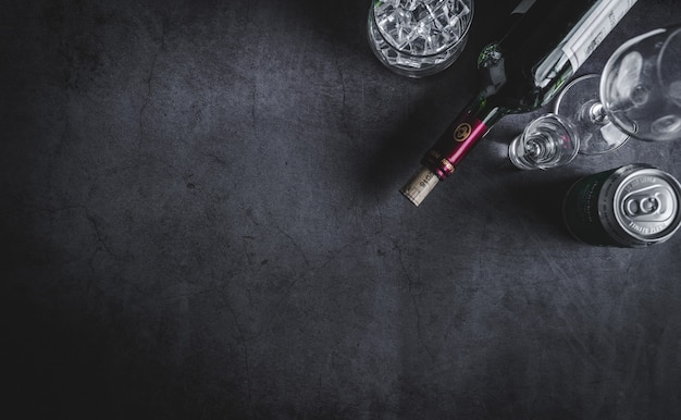 Draufsicht auf weinflasche, wodkaflasche, eiswürfel, bier und korkenzieher