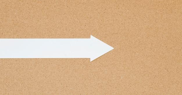 Draufsicht auf weißen pfeil mit nach rechts zeigendem kopierraum