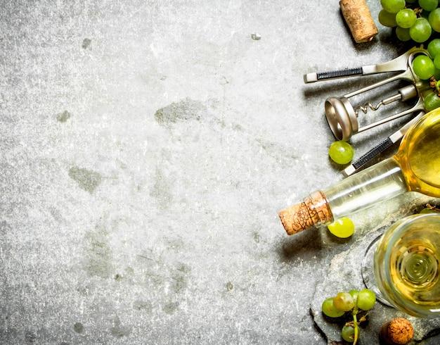 Draufsicht auf weißwein in der flasche und im glas