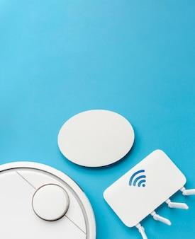 Draufsicht auf wlan-router mit staubsauger und kopierraum