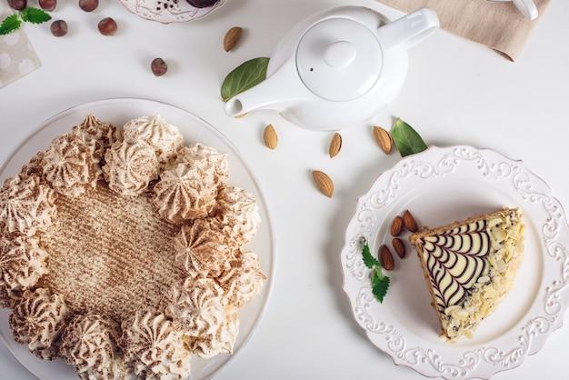 Draufsicht auf wunderschön dekorierte desserts