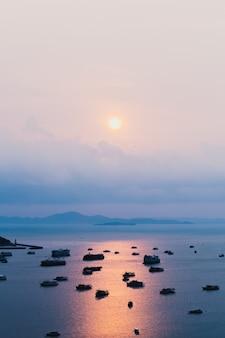 Draufsicht auf yacht und ausflugsboot im tropischen ozean bei sonnenuntergang