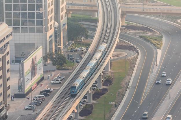 Draufsicht auf zahlreiche autos in einem verkehr in dubai, vereinigte arabische emirate