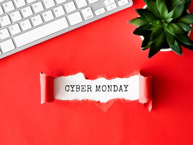 Draufsicht auf zerrissenes papier mit tastatur und anlage für cyber-montag