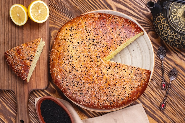 Draufsicht auf zitronenkuchen-sesam-teekanne