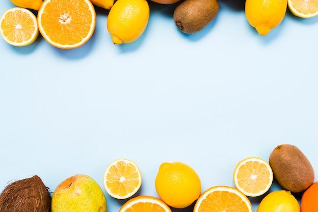 Draufsicht auf zitrusfrüchte, kokosnuss und kiwis
