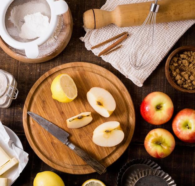 Draufsicht auf zutaten für mahlzeit mit äpfeln