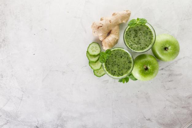 Draufsicht auf zwei grüne smoothies mit äpfeln