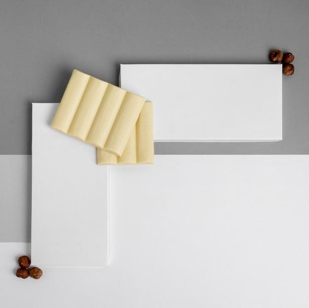 Draufsicht auf zwei weiße schokoriegelverpackungen mit nüssen