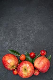 Draufsicht aus der ferne früchte die appetitlichen früchte und beeren mit blättern