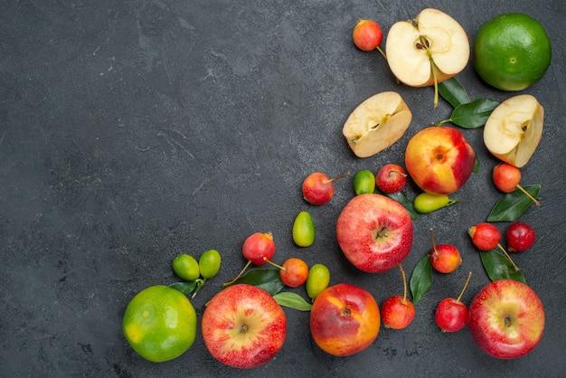 Draufsicht aus der ferne früchte verschiedene süßigkeiten früchte und beeren auf dem tisch