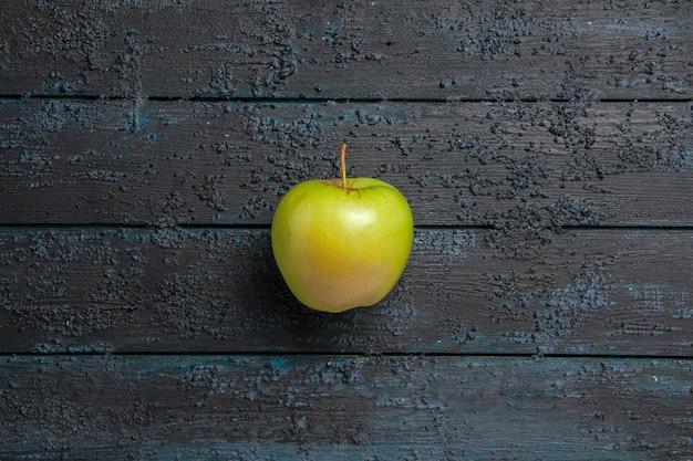 Draufsicht aus der ferne grüner apfel appetitlicher grüner apfel auf dunklem tisch