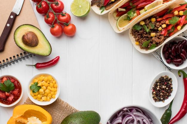 Draufsicht auswahl an frischem mexikanischem essen, das zum servieren bereit ist