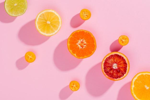 Draufsicht auswahl an frischen früchten auf dem tisch