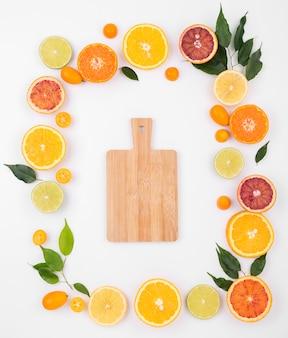 Draufsicht auswahl an frischen früchten mit schneidebrett