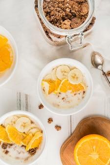 Draufsicht auswahl an frühstücksschalen, die zum servieren bereit sind